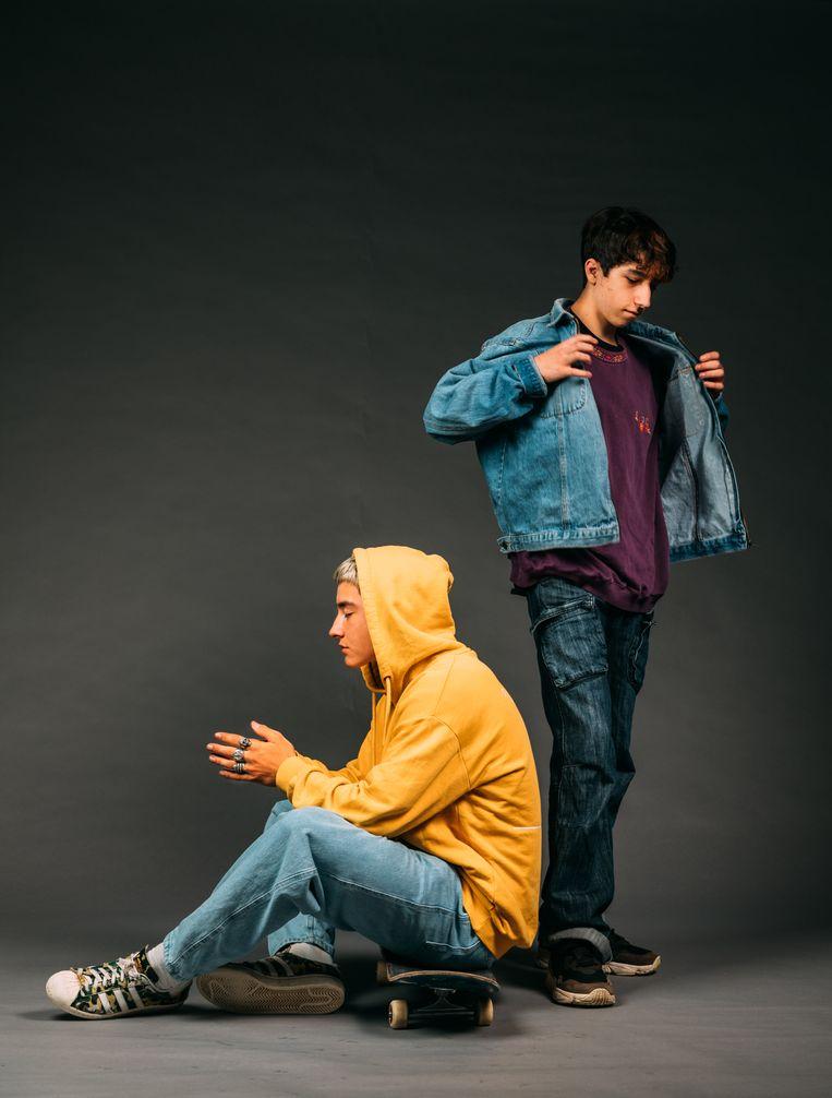 Skaterboy Tivano (links) heeft vooral oversized spullen in zijn kleerkast. Finn is nog zoekende, hij laat zich vaak uit zijn lood slaan door een onzeker stemmetje in zijn hoofd.  Beeld Rebecca Fertinel