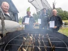 De drie musketiers van de Weerribben: Stefan, Wout en Jan brengen hun Wiedenvis naar de burger