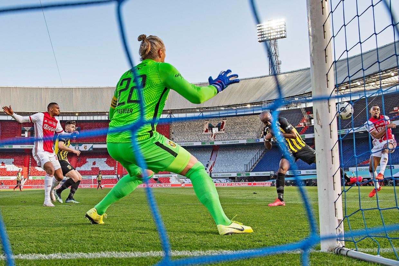 Ryan Gravenberch trapt de bal met links in het dak van de goal, keeper Remko Pasveer is kansloos.  Beeld Guus Dubbelman / de Volkskrant