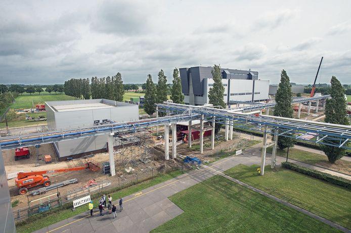 De gebouwen achter de pijpbrug horen bij MSD in Oss. De komende jaren wordt verder uitgebreid op bedrijventerrein De Geer.