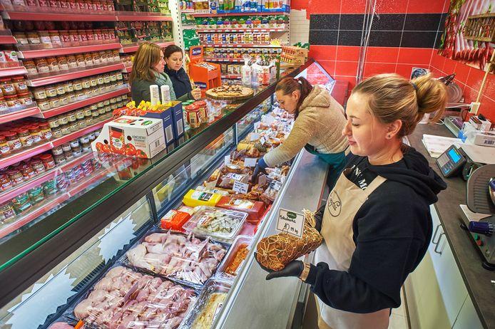 De nieuwe poolse supermarkt Biedronka in Heeswijk Dinther. Op de foto medewerksters Paulina Sledz (rechtsvoor) en Zaneta Klimczak in de slagerijhoek.