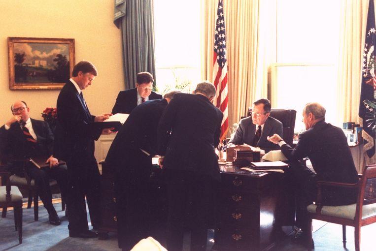 PMet kabinetsleden en adviseurs weegt president George H. Bush van de VS op 22 februari 1991 de kansen van een grondoffensief in Koeweit en Irak. Beeld null