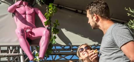 Blote poppen zorgen voor flinke heisa bij Scheveningse strandtent: 'Ja, het zijn wel duidelijke piemels'