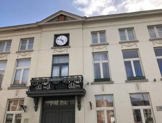 Nieuwe radiogestuurde klok siert gevel stadhuis