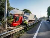 Truck door de vangrail op de A27, snelweg richting Utrecht weer open