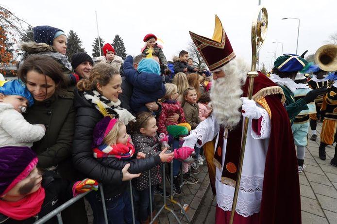 Sinterklaas begroet kinderen