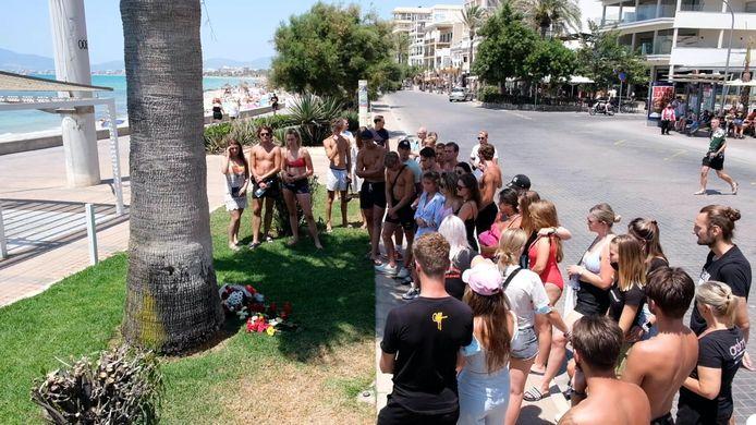 Nederlandse toeristen herdenken Carlo Heuvelman op de plek waar hij werd mishandeld.