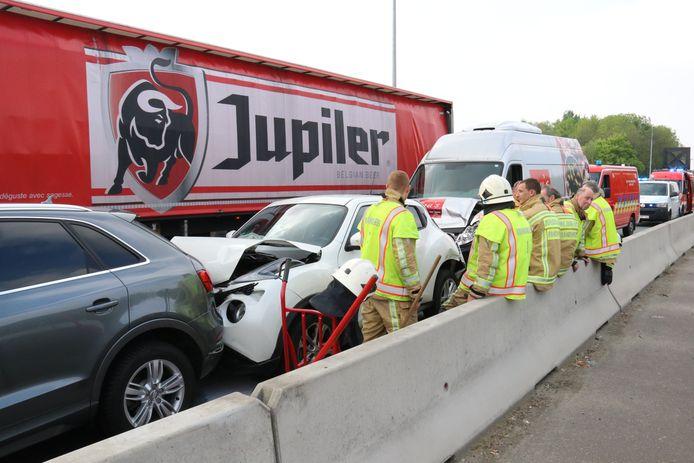 De drie voertuigen botsten op de Geraardsbergsesteenweg. De chauffeur van de Nissan raakte gewond.