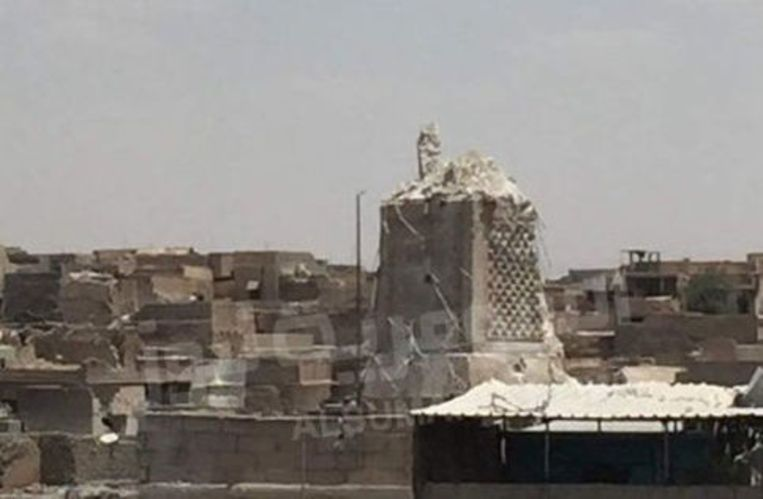 De vernielde minaret Al-Hadba op de Al-Nuri-moskee. Beeld REUTERS