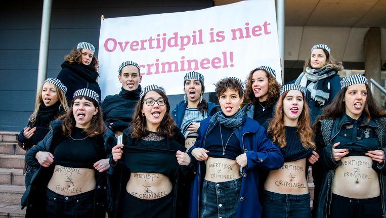 Demonstranten van actiegroep de Bovengrondse voeren actie bij het gerechtshof waar Women on Waves en Bureau Clara Wichmann vechten tegen het strafbaar stellen van de overtijdpil Mifepriston. Beeld ANP