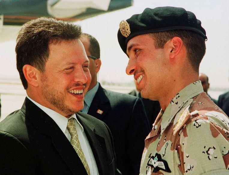 Archieffoto uit 2001 van de Jordaanse koning Abdullah met zijn halfbroer prins Hamza.  Beeld AP