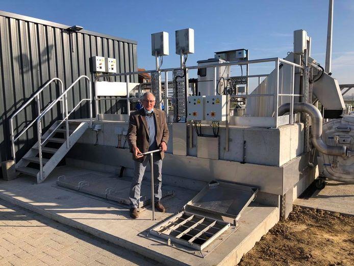 Burgemeester Dirk Sioen mocht de waterzuiveringsinstallatie officieel activeren