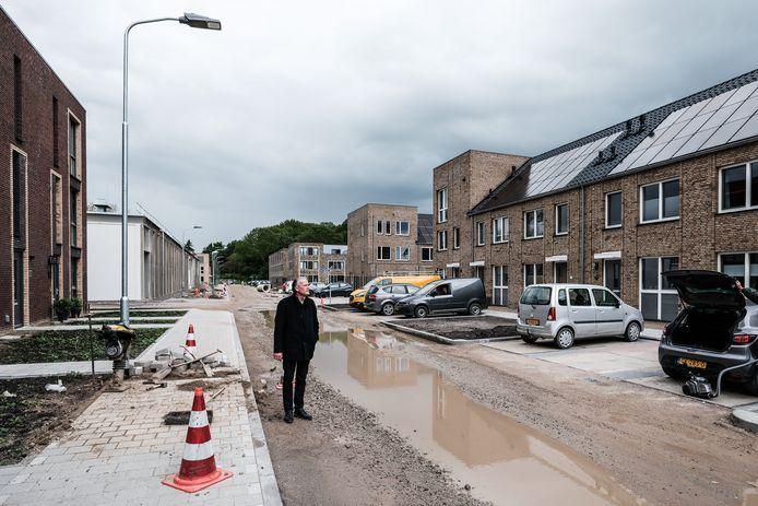 """Peter Vos, fractievoorzitter van de VVD in Zevenaar, in woonpark BAT (sinds kort Enghuizen). ,,Na een regenbui is het lastig om met droge voeten bij je auto te komen"""", zegt Vos."""