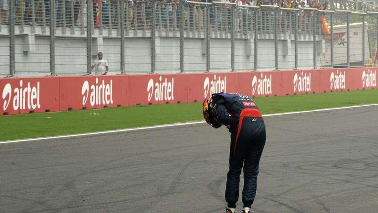 Diepe buiging van Vettel voor het publiek Beeld AFP