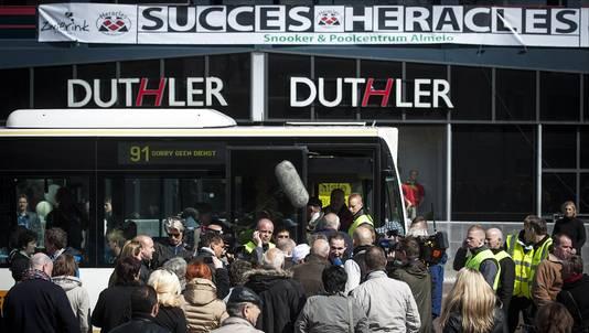 300 fans van Heracles met kaartje konden niet mee in de bus naar Rotterdam.
