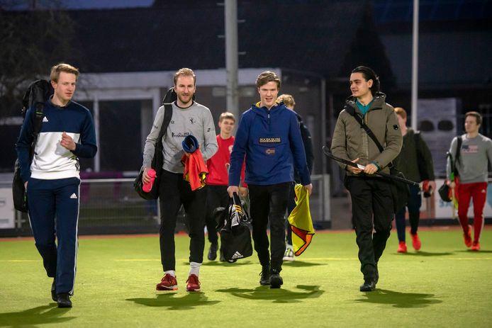 De dolblije hockeyselectie van HCM in Arnhem meldt zich voor de eerste groepstraining na vijf maanden.