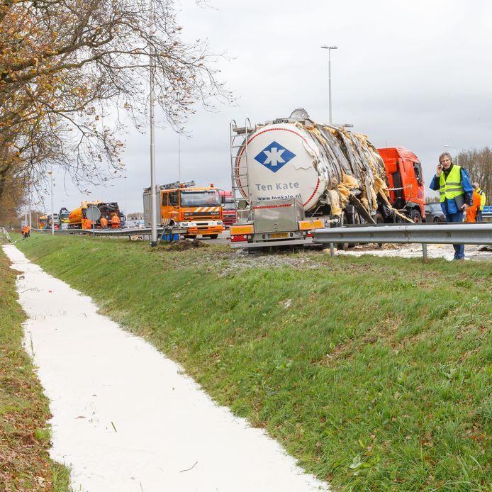 Onder meer door ongelukken is de vangrail van de A32 beschadigd. Rijkswaterstaat voert binnenkort in drie weekeinden verschillende herstelwerkzaamheden uit.