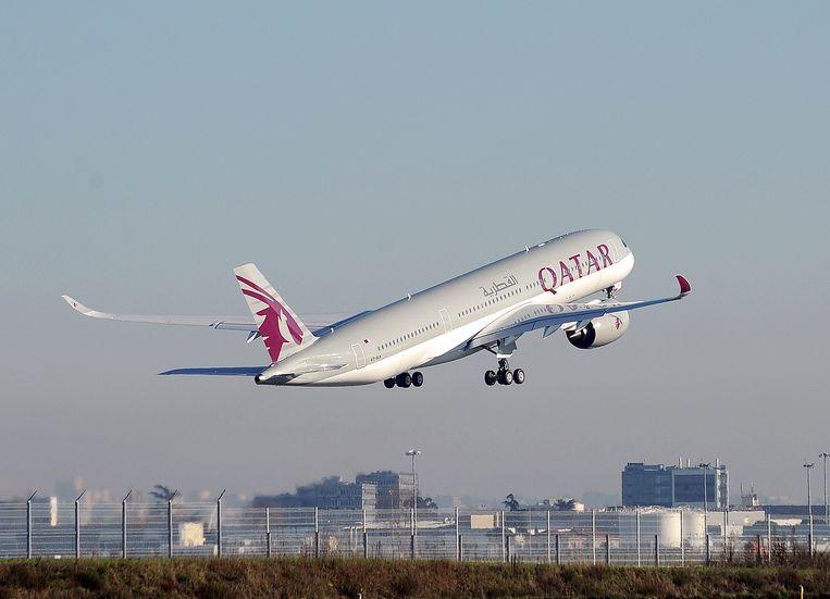 ► Een vliegtuig van Qatar Airways stijgt op in Toulouse, in het zuiden van Frankrijk. Beeld AFP