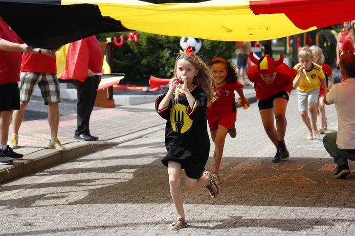 #REDCHALLENGE Van dansende Chiro en polonaise tot zwemmende Duiveltjes: Halle kleurt rood-geel-zwart na uitdaging van Eden Hazard. Avenir Lembeek / Chiro Halle / Café  De Mustang
