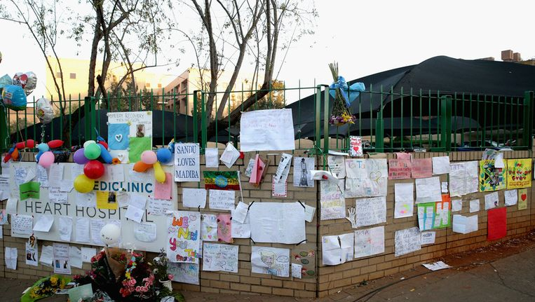 Brieven, tekeningen en bloemen bij het ziekenhuis in Pretoria om Nelson Mandela beterschap te wensen Beeld getty