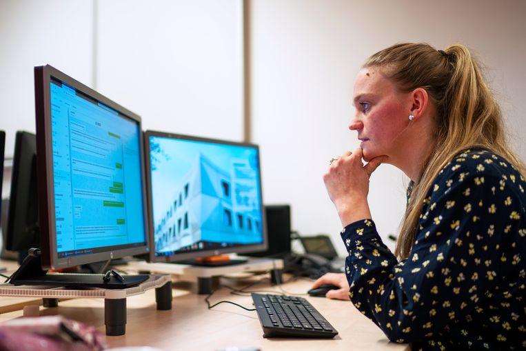 Chatmedewerker Janneke Baatje van Fier aan het werk achter de computer. Ze voert gesprekken met slachtoffers van geweld.  Beeld Inge Hondebrink