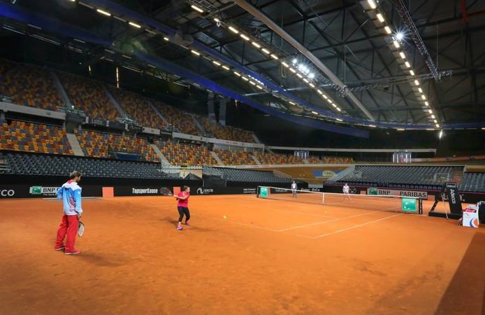 Tennistraining op gravel in Omnisport Apeldoorn