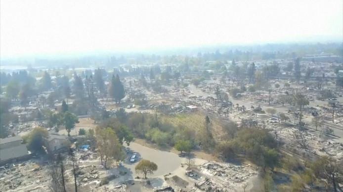 De platgebrande resten van het Californische Santa Rosa.