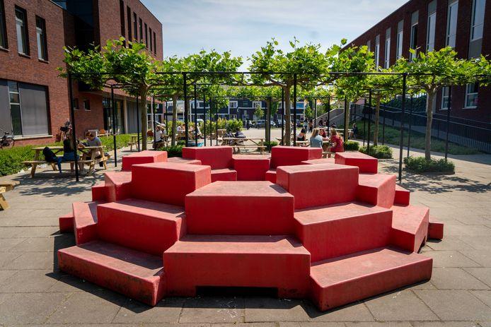Bijzondere schoolpleinmeubels bij het Westeraam in Elst. Het object voor de scholieren uit de onderbouw is naar buiten gekeerd.