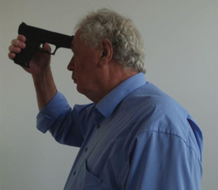 Peter J. van Koppen demonstreert de schietpositie van Christen Van Bourgogne. Beeld rv
