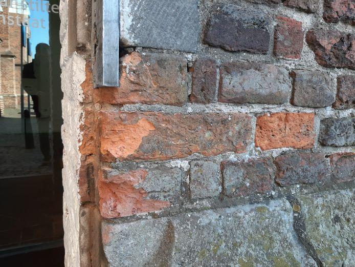 Bij de inbraak afgelopen vrijdagnacht raakten ook de stenen van de Martinikerk beschadigd.