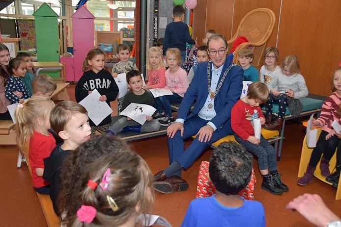 Burgemeester Jan Lonink te midden van leerlingen van groep 1/2 B van de Prins Willem van Oranjeschool in Terneuzen, met Sint-tekeningen nog in de hand.