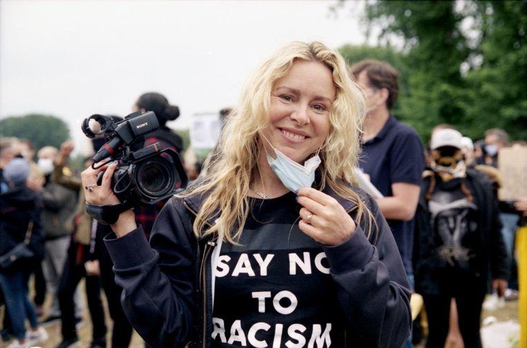 Documentairemaker Sunny Bergman tijdens een antiracismeprotest. Ze is een van de 289 kunstenaars die een manifest heeft ondertekend om BIJ1 te ondersteunen. Beeld NPO 2