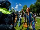 Een demonstrant tijdens een verboden demonstratie van Viruswaanzin op het Malieveld die is gericht op de coronamaatregelen van het kabinet.