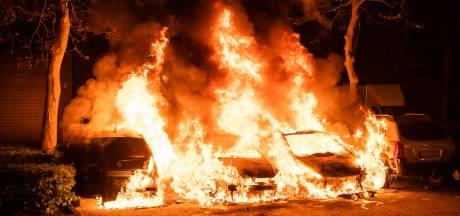 Vier auto's verwoest door brand op parkeerplaats in Tilburg