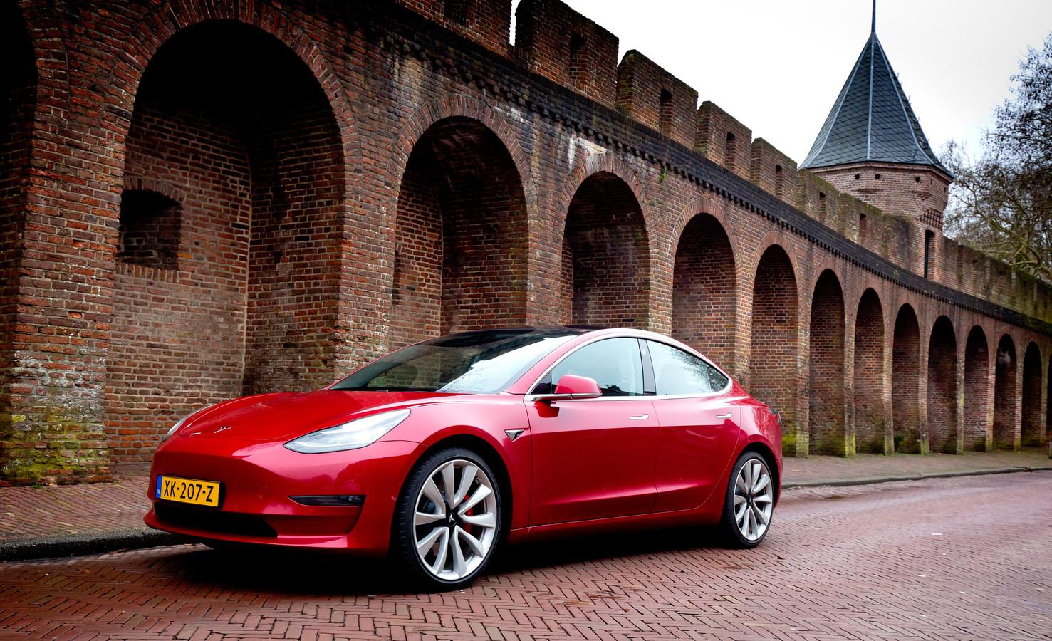 De Model 3 is de jongste Tesla, maar is hij daarmee ook een betere keus dan de al acht jaar oude Model S?