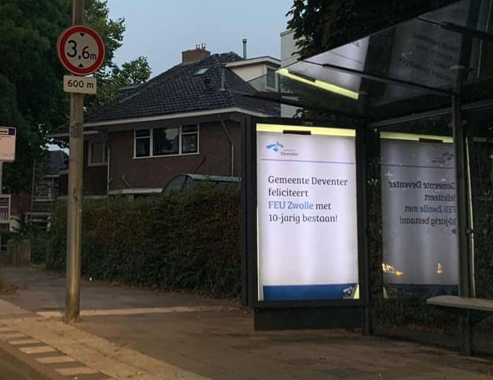 Zwolle-supporters hebben vanochtend bushokjes in Deventer volgehangen met ludieke posters.