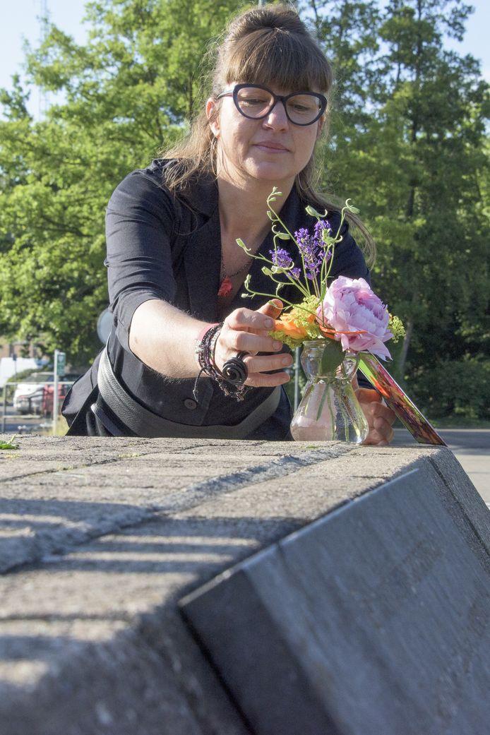 Ingeborg Augustus plaatst een boeketje.