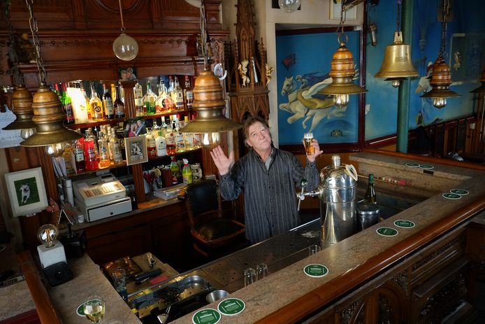Ron van Steenbergen van Café De Sok in Velp hoopt vanachter zijn bar opgebouwd uit een tabernakel van een kerkaltaar op een wonder vanuit de hemel na de sluiting van zijn kroeg op last van burgemeester Carol van Eert.