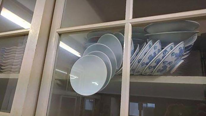 Hoe zou jij deze borden uit de kast halen?