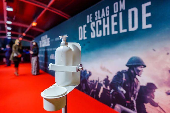 De rode loper voorafgaand aan de première van het Nederlandse oorlogsepos De Slag om de Schelde.