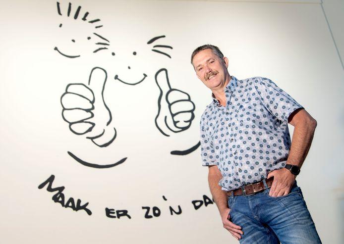 Hans Wossink in de hal van SBO Diekmaat, waar 'Maak er zo'n dag van!' sinds jaren als motto de muur siert.