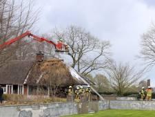 Rieten dak in brand bij woning in Heeswijk-Dinther