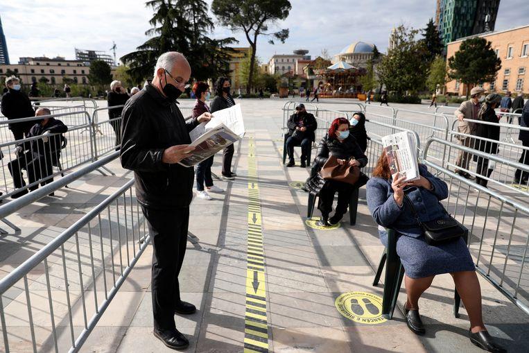 Mensen in de rij voor een coronavaccin op het Skanderbeg-plein. Beeld AP