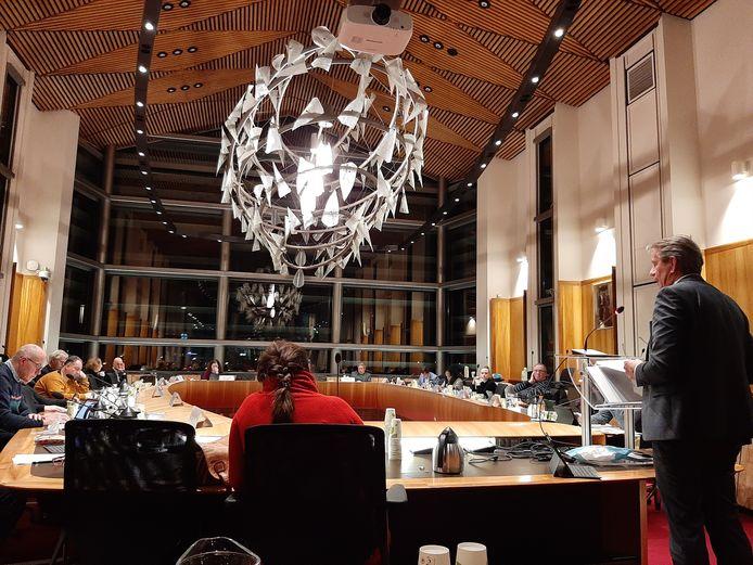 De gemeenteraad van Vlissingen vorige maand bijeen om te praten over Intervence. Wethouder Albert Vader (rechts) geeft uitleg.