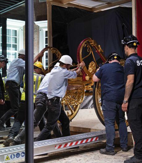 Gouden Koets met kraan naar Amsterdamse expositieplek getakeld