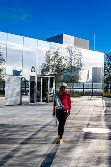 Voor wie niet wachten kan: een eerste blik in de spiegelende attractie van Rotterdam