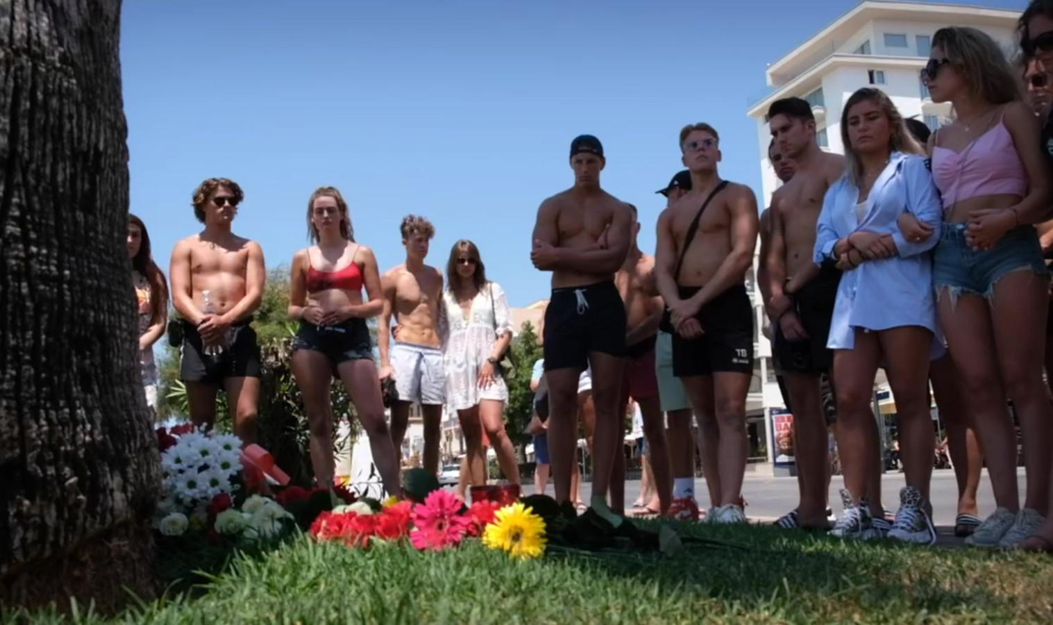 Jongeren leggen bloemen neer voor de overleden Carlo op de plek op Mallorca waar hij werd aangevallen.