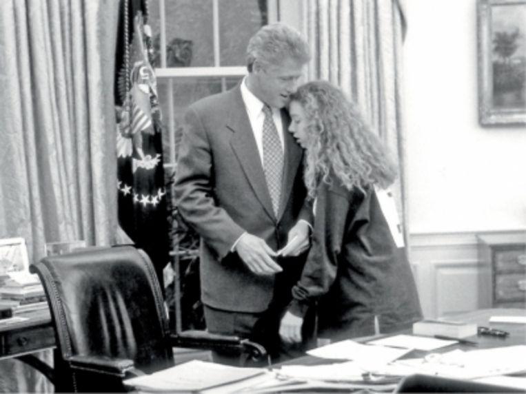 'Als kind werd ik zo beschermd dat ik nooit lef moest tonen. Tot mijn vader voor het presidentsschap ging. Toen moest ik plots uitdokteren waarom oudere mannen hun pijlen op mij richtte' Chelsea Clinton(Foto: met Bill Clinton in the Oval Office)   Beeld PhotoNews