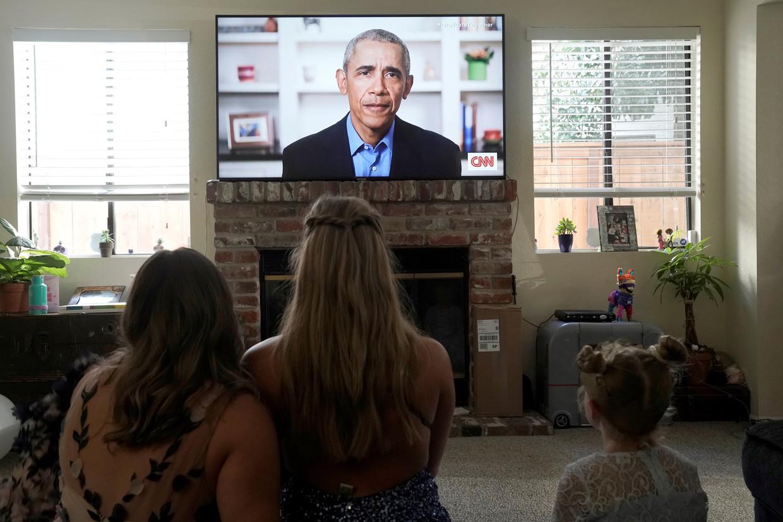 In een speech voor geslaagden sprak Barack Obama zich opnieuw uit over de aanpak van de coronacrisis door president Trump. Beeld REUTERS