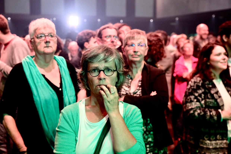 Aanhangers van Groen wachten vertwijfeld de verkiezingsuitslag af.  Beeld Tim Dirven